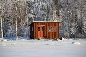 Attefallshus i snö